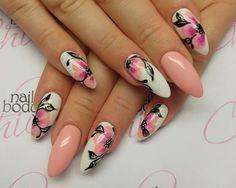 Unghie rosa cipria e bianco con fiori