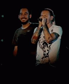 Chester looks like a kid here and Mike like his dad❤
