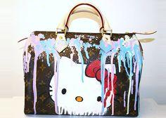 """A loja londrina Year Zero vende bolsas customizadas (em especial da Louis Vuitton), com um resultado ultra colorido e exagerado. As ilustrações lembram muros grafitados e por cima sempre tem """"tinta escorrida"""", deixando a coisa toda bem bagunçada."""