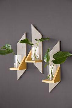 DIY Bois : étagère en bois. A partir de quelques lames de parement bois, faites des découpes de biais pour créer un effet graphique sur votre mur. Fixez les découpes de façon à créer de petites étagères sur les lames ... Puis positionenz votre déco : bougies, soliflores etc. Les lames de parements bois sont à trouver sur : http://www.imberty.fr/ #diy #bois #étagère