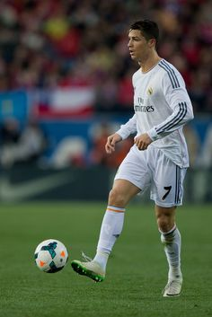 Cristiano Ronaldo controls the ball during the La Liga match between Club Atlético de Madrid and Real Madrid CF at Estadio Vicente Calderón on March 2, 2014 in Madrid, Spain.