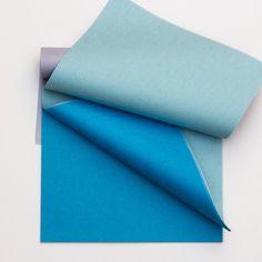 Un bloc de 100 feuilles de papier de soie en dégradé de bleu.