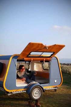 French company launches teardrop trailer with ingenious indoor-outdoor kitchen -. - French company launches teardrop trailer with ingenious indoor-outdoor kitchen – Living in a shoe - Diy Camper Trailer, Tiny Camper, Rv Campers, Airstream Trailers, Trailer Tent, Tiny Trailers, Accessoires Camping Car, Indoor Outdoor Kitchen, Outdoor Kitchens