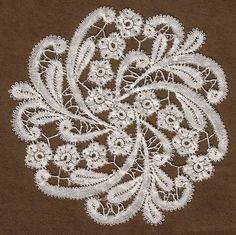 Rosalinespitze von mir entworfen und geklöppelt. Rosaline Lace, my design and lacework. Emsoe of Clermont-Ferrand