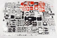 ¿Quién dijo que cuánto más grande mejor? Pues en temas de automóviles deportivos, y con la que está cayendo ahí fuera, acceder a uno de ellos es posible siempre y cuando nos hagamos con una maqueta de Pocher, que tiene como modelo más reciente un Lamborghini Aventador Roadster, compuesto por 814 piezas de diferentes materiales, entre los cuales podemos encontrar metal, caucho, tela y plásticos.