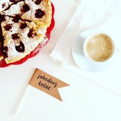 Popisky k jidlum na Vasi svatbe nesmí chybet! #svatbadesign #svatebni #popisky #jahodovykolac #coffee #wedding #strawberrycake #cake #design #food #popiskykjidlum