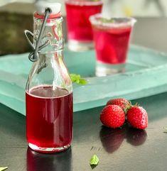 Αρωματικό σιρόπι φράουλας: φυσικό, συμπυκνωμένο για τούρτες, γλυκά, κοκτέιλ Strawberry Syrup, Hot Sauce Bottles, Wine, Drinks, Food, Dressings, Drinking, Beverages, Essen
