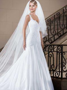 Vestido de noiva sereia com decote 'V' Corpo do vestido drapeado em tule; Decote com aplicações de renda Vestido bordado com explosão e raios de cristais diversos Cauda fixa