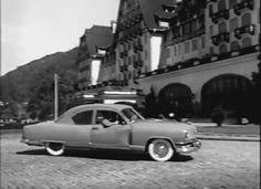 """Modelo 1950, se não me engano, cor verde, pneus banda branca, religiosamente lavados todos os dias com """"Pasta Jóia"""".  Volante tipo madrepérola, um semi-círculo de metal como buzina, quatro portas. As janelas das portas da frente tinham quebra-ventos."""