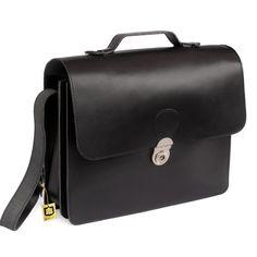 Diese wunderschöne, schlichte schwarze Leder-Aktentasche besticht nicht nur die Schließe im tollen Retro-Style, einzigartig ist auch der überlange Trageriemen, der  um die ganze Tasche herumläuft. Somit ist das Gewicht gleichmäßig über den Schulterriemen verteilt und die Tasche trägt sich mit dem zusätzlichen Schulterpolster sehr angenehm. Aktentasche 662 von Hamosons für Damen und Herren. 139,00 €