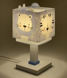 La iluminación en la habitación infantil es tan importante o más que en el resto del hogar. En Dalber podemos encontrar un sinfín de opciones de iluminación infantil. Modelos adaptados a los gustos de los más pequeños que, además, cuentan con detalles que nos gustan muchísimo. Un buen ejemplo son sus lámparas infantiles de mesa. Lámparas de mesita de noche infantiles Estas lámparas se ubican en las mesitas de noche o en alguna superficie cercana y a su alcance para que ellos mismos puedan activa Table Lamp, Led Lamp, Lighting, Home Decor, Products, Bedside Tables, Kids Rooms, Yurts, Mesas