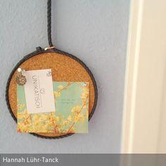 Super DIY Pinnwand. Schmaler Gürtel dient als Aufhängung für die Kork-Scheibe. Auch für kleine Accessoires wie Schmuck geeignet. …