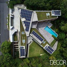 Assinada pelo escritório Tsao & McKown Architects, Astrid Hill House é contemplada com vista exuberante para um espaço verde na excêntrica Singapura. Com viés sustentável, a residência se revela um espaço prazeroso e aconchegante de se morar.