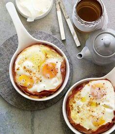 Tegamino foderato con prosciutto cotto ripieno di uova  intere sale, pepe e un filo d'olio EVO