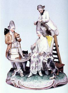 Der Perückenmacher auf der Leiter  Satire auf die übersteigerte Frisurenmode um 1770: Die Frisur der Dame ist so hochgetürmt, dass der Friseur nur noch auf der Leiter stehend das schon grau gepuderte Stirnhaar toupieren kann.  Frankenthal, um 1770 Modell von Carl Gottlieb Lück