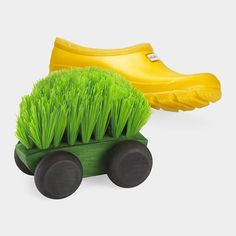 The design for this car-shaped shoe brush is inspired by children's toys and the desire to repurpose materials. Boot Brush, Classic Toys, Moma, Modern Contemporary, Repurposed, Interior Design, Cool Stuff, Outdoor Decor, Kitchen