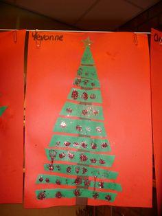 MAP: kleuters knippen een driehoek in stroken en plakken ze vervolgens in de goede volgorde op. Daarna versieren ze de boom.