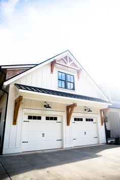 Garage Exterior, Garage Door Design, Exterior Remodel, Dream House Exterior, Barn Garage, Garage Doors, Modern Farmhouse Exterior, Farmhouse Plans, Farmhouse Sheds