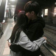 couple, ulzzang, and korean image Couple S'embrassant, Photo Couple, Couple Ulzzang, Ulzzang Girl, Cute Relationship Goals, Cute Relationships, Cute Korean, Korean Girl, Korean Image