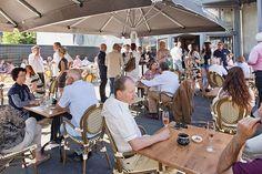 Geniet heerlijk uit de wind en in de zon op het terras van Bel ami | Franse Brasserie te Bussum