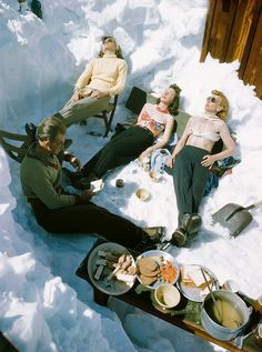 Sun Valley, Idaho Vintage Photo of skiers taking a break and having lunch. See more vintage photography and vintage … Ski Vintage, Vintage Winter, Vintage Travel, Vintage Posters, Ski Et Snowboard, Snowboarding, Mode Au Ski, Vive Le Sport, Sun Valley Idaho