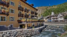 Le Miramonti Hotel & Wellness La Thuile Le Miramonti Hotel and Wellness is in the centre of La Thuile and a 5-minute walk from the ski slopes. It has spa facilities and an indoor pool. Rooms offer a TV and free Wi-Fi.