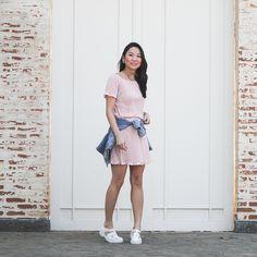 Look delicado com saia e blusa combinadinhos na cor rosa blusch, jaqueta jeans para dar um ar mais despojado ao look.