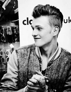 tristan evans I like mine with a kiss. Pop Bands, Music Bands, Bradley The Vamps, Artsy Background, New Hope Club, Jawline, Evans, Celebrities, Singers