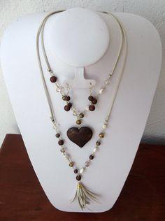 1e064cfdd65f Collar montado en gamuza con cuentas color cafe y perla