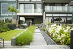 Modern row house back garden with elongating design.