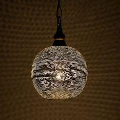 Een geweldige sfeermaker voor ieder interieur. Deze lampen worden handgeslagen uit koper waarna ze worden verzilverd. Ook het patroon wordt handmatig aangebracht. Door het handwerk is iedere lamp/patroon uniek.