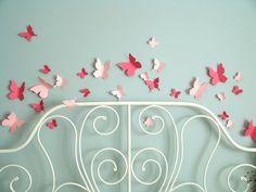Kleine vlinder stickers, zachte kleuren (pastel, geen fel rood), op witte muur