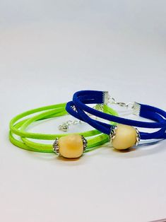Dieses Armband aus Leder und einer echten Tagua Nuss ist ein wahrer Eyecatcher. Die Tagua Nuss wurde seitlich mit Zierkappen versehen und ist ein absolutes Unikat. Das Armkettchen passt durch einen verstellbaren Verschluss auf jeden Arm. Hippie Style, Trendy Bracelets, Beaded Bracelets, Charms, Color Splash, Bangles, Personalized Items, Etsy, Chic