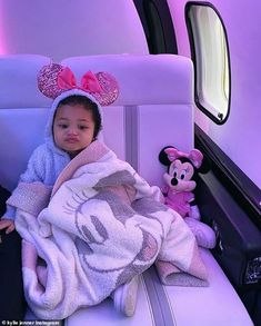 Kylie Jenner Surprised Stormi With an Early Birthday Present - a Trip to Disney World! Cute Little Baby, Cute Baby Girl, Little Babies, Baby Kids, Black Babies, Mode Kylie Jenner, Looks Kylie Jenner, Cute Mixed Babies, Cute Babies