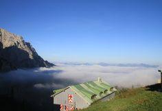 #Klettersteig Tour im #Kaisergebirge.  Drei-tägige Kletter-Tour durch den Zahmen und #Wilden #Kaiser. Pyramidenspitz und Ellmauer Halt sind die höchsten Gipfel im Kaiserreich. Dies sind die beiden, die man in einer Kaiser Durchquerung einmal erklommen haben muss. Der erste Tag führt uns durch den Zahmen Kaiser bis zum Stripsenjochhaus. #Klettern macht Spaß! Geführte #Klettertour bei #Royalticket buchen.