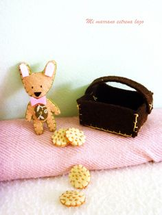 El peluche lobito y la cesta con galletas de chocolate y cacahuetes Sunglasses Case, Dolls, Board, Chocolate Cookies, Plushies, Hair Bows, Hampers, Baby Dolls, Puppet
