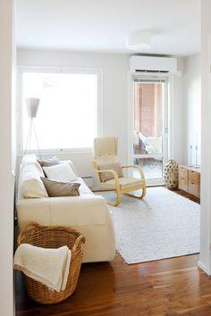 Yläkerran aulasta pääsee parvekkeelle vilvoitteleman saunan jälkeen. Tilaan ei tarkoituksellisesti ole sijoitettu tv:tä, jotta tilassa voi rauhoittua ja rentoutua.