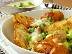 Brambory důkladně umyjeme a podle velikosti je necháme celé nebo rozkrojíme. Otrháme lístky tymiánu a smícháme se solí a olejem. Brambory v tom... Potato Salad, Cauliflower, Food And Drink, Potatoes, Cheese, Meat, Chicken, Vegetables, Cooking
