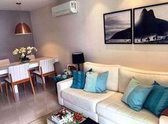 Sala decorada com quadro díptico morro 2 Irmãos, Rio de Janeiro, preto e branco, sofá branco, sala de estar e mesa de jantar com luminária pendente