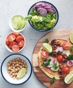 Tortilla gefüllt mit Bohnenmus, Hähnchen, Kichererbsen, Tomaten, Gurken, Salat | schnell&einfach