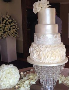 Simply gorgeous!   Chic Daily Wedding Cake Ideas (New!)