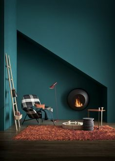 wandfarbe petrol moderne leseecke kamin oranger teppich