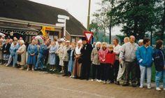 Tijdens de diverse activiteiten ter gelegenheid van het 800 jarige bestaan van Rolde werd onder andere met een optocht van praalwagens door alle dorpen in de gemeente gereden. Op deze foto staan bij café De Aanleg te Deurze veel mensen te kijken. Enkele personen zijn in oude kledij aanwezig. 1987 Drents Archief #Drente