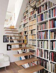 Espace optimisé avec cette bibliothèque qui occupe les moindres recoins. Plus de photos sur Côté Maison http://petitlien.fr/7bfp