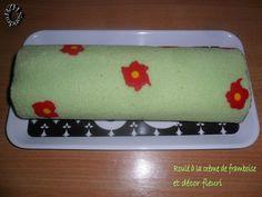 Roulé à la crème de framboises et décor fleuri