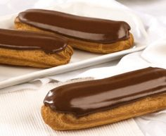 ÉCLAIRS AU CHOCOLAT GÉANTS : la recette traditionnelle - CULTURE CRUNCH Baking Recipes, Dessert Recipes, French Crepes, French Patisserie, Choux Pastry, Crepe Recipes, Eclairs, French Food, Hot Dog Buns