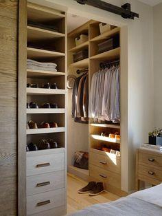 aménager un dressing, dressing masculin en bois, rangement ouvert