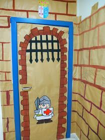 Os quiero enseñar la decoración exterior de nuestra aula o debería decir castillo. Tiene su puente levadizo, un soldado vigilando la puerta ... Castle Theme Classroom, Classroom Door, Classroom Themes, Door Crafts, Vbs Crafts, Class Decoration, School Decorations, Arte Elemental, Castle Rooms