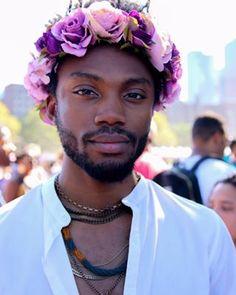 Este hombre con una bellísima corona de flores. | 17 Hombres que no siguen las reglas de estilo