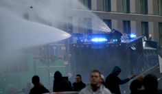 Mittels Wasserwerfern sollte die Menge unter Kontrolle gebracht werden....
